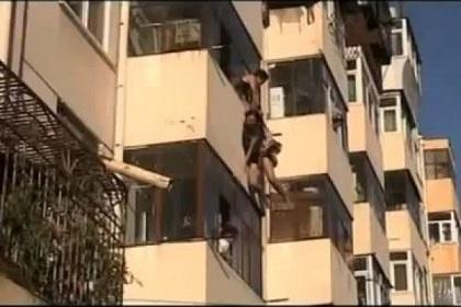 Hombre salva a una suicida al atraparla en caída