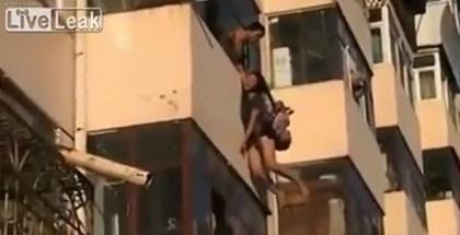 Hombre salva a una suicida atrapándola en plena caída