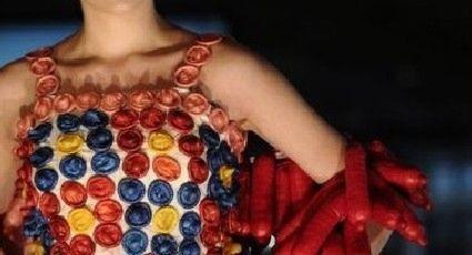 Elabora vestido con condones para concienciar sobre el Sida