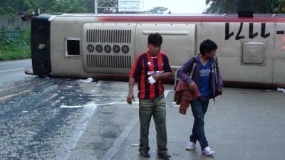 20 heridos en accidente entre un bus y un tráiler en la vía a Quinindé