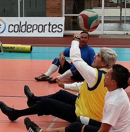 Kerry juega con deportistas mutilados