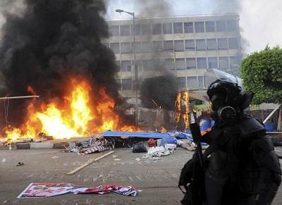 Egipto decreta medidas de excepción para evitar hundirse en el caos
