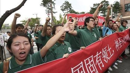 10 personas intentan suicidarse de manera simultánea durante protesta