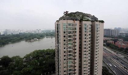 Un hombre construyó una montaña sobre un edificio