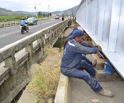 Colocan vigas metálicas en el puente Mejía