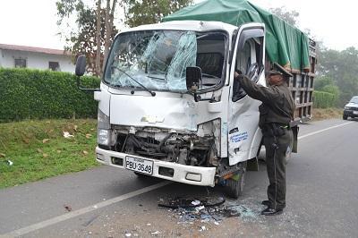 Camión se choca contra un bus en la vía a Quevedo