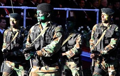 Policías y militares desfilan en Paraguay en homenaje al nuevo presidente
