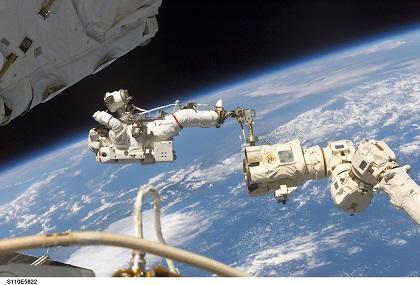 Astronautas rusos inician caminata espacial