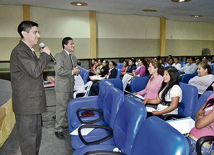 Continúa seminario de finanzas en la Unesum