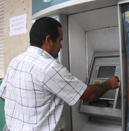 Ciudadanos piden que arreglen el cajero automático de la ciudad