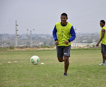 Raúl Rivas ya hace fútbol junto con sus compañeros del Manta FC