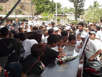 Sepultan a esposos fallecidos en accidente en la vía Santa Ana - Ayacucho