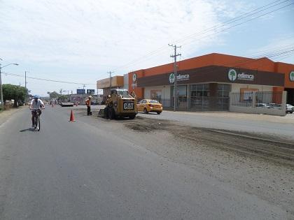Realizan mantenimiento de la vía Manta-Portoviejo