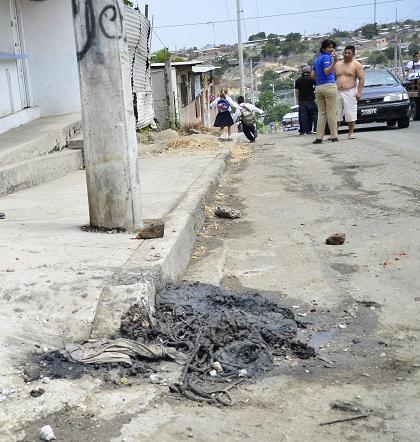 Rebose de alcantarilla genera malestar en los habitantes del barrio '10 de Septiembre'