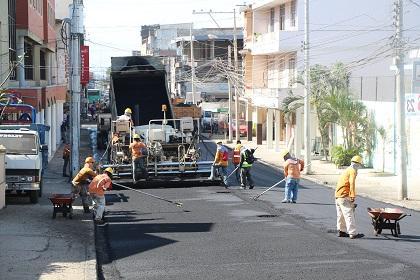 Repavimentan tres calles del área comercial de Manta