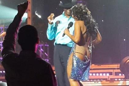 Vídeo: Toni Braxton se queda semidesnuda en concierto