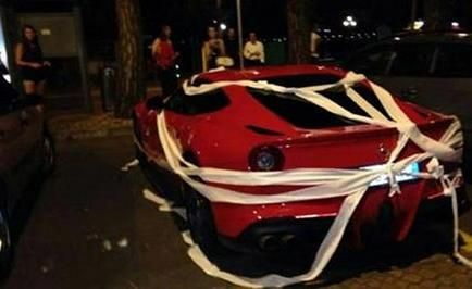 Colocan papel higiénico en el Ferrari de Balotelli