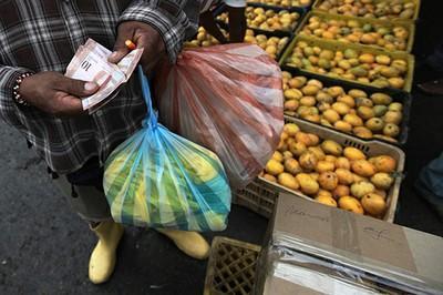 Maduro anuncia alza de 10 % en salario mínimo, equivalente a 493,65 dólares