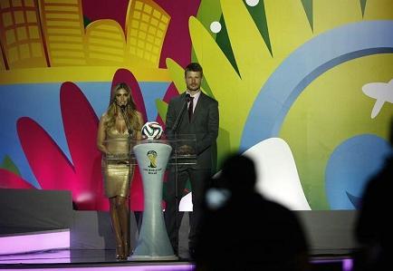 Fernanda Lima, la sexy conductora del sorteo del Mundial