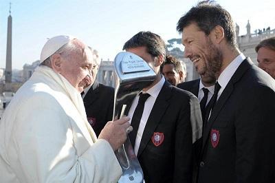 El club San Lorenzo entrega su copa de campeón al papa Francisco