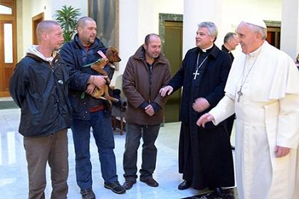 El papa Francisco celebra con indigentes