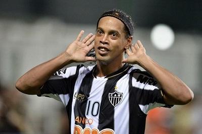 Futbolistas 'despojan' de su ropa a Ronaldinho y muestran su admiración (VIDEO)