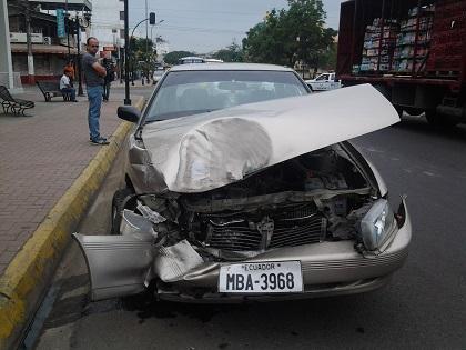 Dos vehículos chocan en la avenida Universitaria