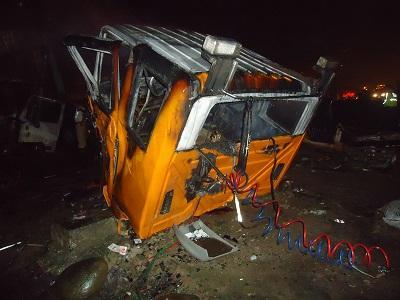Una persona muere calcinada tras choque de dos camiones