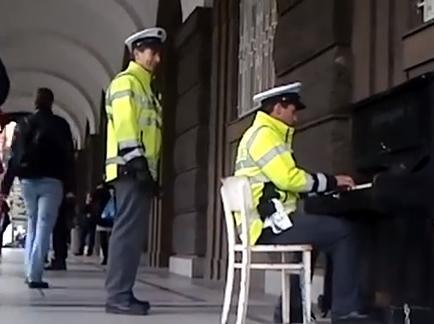 El video de un policía tocando el piano en la calle arrasa en internet