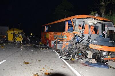 Choque en la vía Esmeraldas-Santo Domingo deja dos muertos