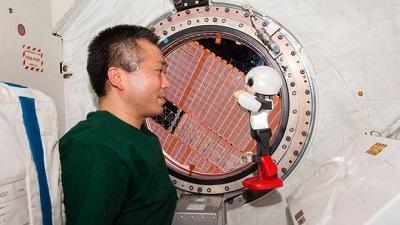 Astronauta nipón conversa con un robot en el espacio