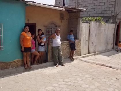 Moradores del callejón Medardo Mora piden la colocación de un semáforo