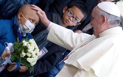 El papa visita un hospital pediátrico y abraza a los niños ingresados