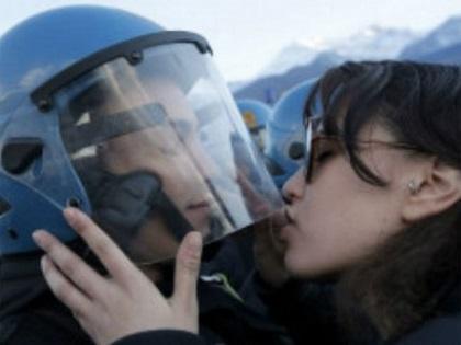 Mujer iría presa por besar a un policía