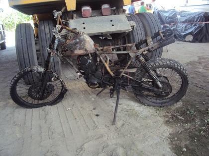 Una moto se incendia mientras le ponían gasolina en El Carmen