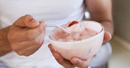 Detienen a una mujer por regalar yogur envenenado a niños