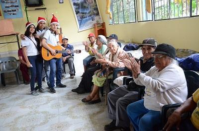 Jóvenes santodomingueños comparten la Navidad con adultos mayores