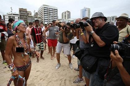 Decenas de personas exigen la legalización del 'topless' en Río de Janeiro