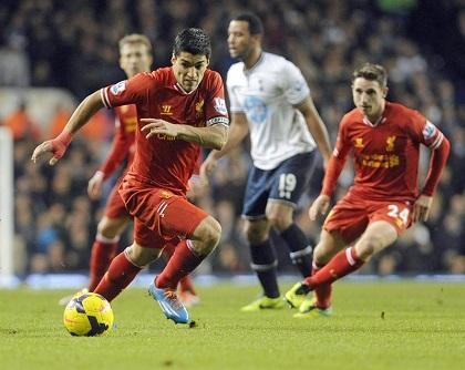 Luis Suárez marca un doblete en el triunfo del Liverpool sobre el Cardiff