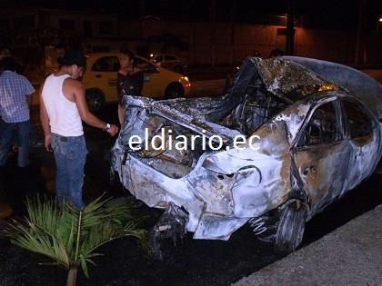 Chofer está grave luego de que su taxi chocó y se incendió