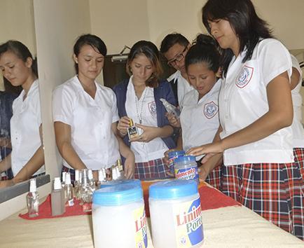 Alumnos del colegio Portoviejo se lucen con perfumes