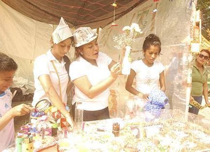 Universitarios ven en basura una opción para hacer artesanías