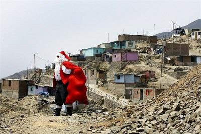 El 'Papá Noel peruano' lleva alegría a cientos de niños pobres de Lima