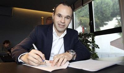 Andrés Iniesta firma la ampliación de su contrato con el FC Barcelona