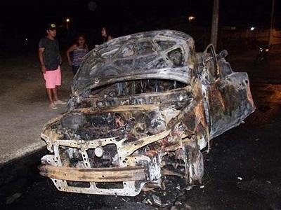 Taxi se incendia y chofer está grave