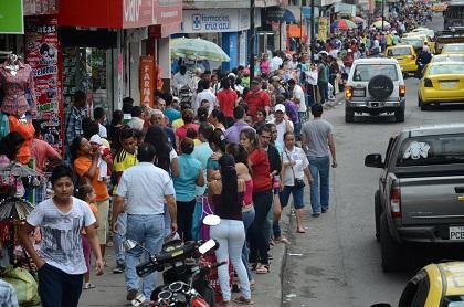 Las compras a última hora saturan las calles de Santo Domingo