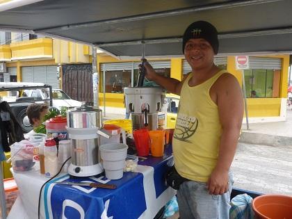 Rodolfo Chonillo vende jugos saludables frente al Registro Civil