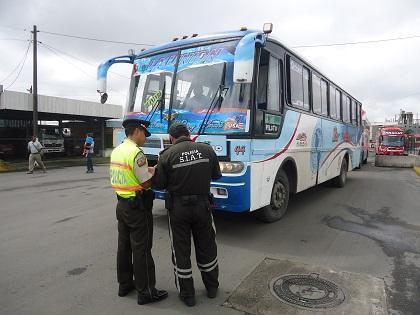 La Policía Nacional revisa la salida de buses en la Terminal Terrestre