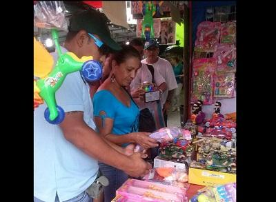 Compradores van en busca de regalos y copan las calles de diferentes cantones