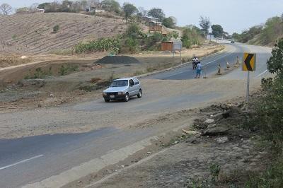 Falla en la vía Rocafuerte-Tosagua crea molestias en los conductores